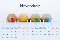 November kalender med färgrika blyertspennor Arkivbild