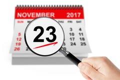 28 November 2013 kalender med förstoringsapparaten på en vit bakgrund 23 November 2017 kalender med magnifi Royaltyfria Bilder