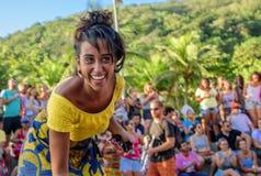 27 November, 2016 Kvinna i gul blus som skrattar och dansar i gatan på den soliga dagen på det Leme området, Rio de Janeiro, Bras arkivbild