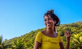 27 November, 2016 Lachende vrouw in gele blouse bij zonnige dag, Royalty-vrije Stock Foto's