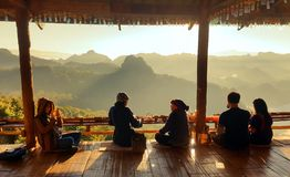 26. November 2016 - Mae Hong Son, THAILAND: Entspannende Leute und Stockfoto