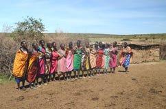 15. November 2015 Masai Mara, Kenia, Afrika Bunt gekleidete Masai-Frauen, die fertig werden zu singen lizenzfreies stockbild