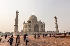02 november, 2014: Mensen die zich in Taj Mahal in Agra verzamelen, binnen Royalty-vrije Stock Foto