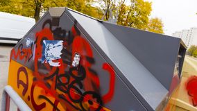 4 november 2018 Munich, Tyskland Stor soptunna med grafitti på royaltyfri fotografi