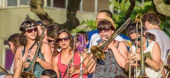 27 November, 2016 Musikband av kvinnor i solglasögon som spelar trombonen i gatan på det Leme området, Rio de Janeiro, Brasilien royaltyfria foton