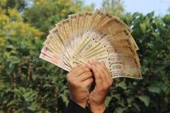 9. November 2016 nahm nicht identifizierter Junge Indiens A etwas indische Währung in der Luft lizenzfreies stockfoto