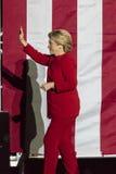 7 NOVEMBER, 2016, ONAFHANKELIJKHEIDSzaal, PHIL , PA - Hillary Clinton Waves-goed langs bij de Verzameling van Verkiezingseve get  Stock Fotografie