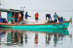 NOVEMBER 5,2016: På fiskarefartyget fånga som är många fisk på munnen av den Bangpakong floden i Chachengsao landskapöst av Thail Royaltyfria Foton