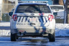 11. November 2018 - Polizeidienst SUV Calgarys, Alberta, Kanada - Calgary geparkt durch Straßenrand lizenzfreie stockfotografie