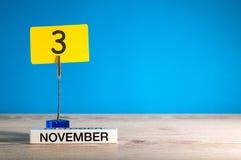 November 3rd Dag 3 av den november månaden, kalender på arbetsplats med blå bakgrund Höst Time Tomt avstånd för text Arkivbild