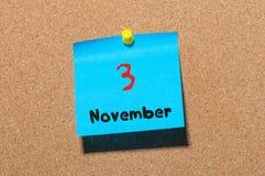 November 3rd Dag 3 av månaden, färgklistermärkekalender på anslagstavla Höst Time Tomt avstånd för text Arkivbild