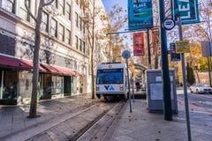 25 november, 2018 San Jose/CA/de V.S. - VTA-Trein die throu kruisen royalty-vrije stock foto's