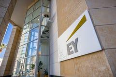 November 25, 2018 San Jose/CA/USA - EY-logo bredvid entren fotografering för bildbyråer