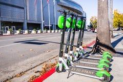 November 25, 2018 San Jose/CA/USA - limefruktsparkcyklar ställde upp nolla royaltyfria foton