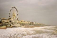 29. November 2015 schickt Brighton, Großbritannien, Sturm Desmond Wellen herauf den Strand zum großen Rad auf der Promenade Lizenzfreies Stockbild