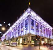 13 November 2014 Selfridges shoppar på den Oxford gatan, London som dekoreras för jul och nytt 2015 år Arkivfoton