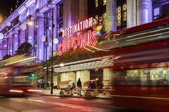 13 November 2014 Selfridges shoppar på den Oxford gatan, London som dekoreras för jul och nytt år Royaltyfri Bild