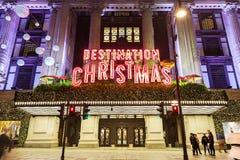 13 November 2014 Selfridges shoppar på den Oxford gatan, London som dekoreras för jul och nytt år Arkivfoton