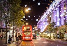 13 November 2014 sikt på den Oxford gatan, London som dekoreras för jul och nytt år Arkivbilder