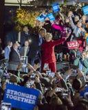 NOVEMBER 7, 2016, SJÄLVSTÄNDIGHETKORRIDOR, PHIL , PA - Hillary Clinton Holds Election Eve Get, ut som rösta samlar med Bruce Spri Royaltyfri Bild