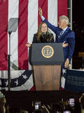 NOVEMBER 7, 2016, SJÄLVSTÄNDIGHETKORRIDOR, PHIL , PA - PHILADELPHIA, PA - NOVEMBER 07: President Bill Clinton och Chelsea Clinton Fotografering för Bildbyråer