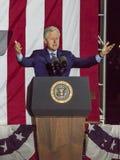 NOVEMBER 7, 2016, SJÄLVSTÄNDIGHETKORRIDOR, PHIL , PA - PHILADELPHIA, PA - NOVEMBER 07: Presidenten Bill Clinton talar natten för  Arkivbild