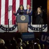 NOVEMBER 7, 2016, SJÄLVSTÄNDIGHETKORRIDOR, PHIL , PA - räkning och Chelsea Clinton Mezvinsky välkommen presidentsfru Michelle Oba Arkivbilder