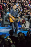 NOVEMBER 7, 2016, SJÄLVSTÄNDIGHETKORRIDOREN, musikern Bruce Springsteen utför på en valhelgdagsafton samlar för Hillary Clinton s Arkivbilder