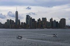 November 2018 - Skyline von Manhattan, New York City, Ansicht von Liberty Island, Fähre auf dem Ozean stockbilder