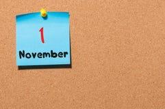 November 1st dag 1 av månaden Kalender på anslagstavla Höst Time Tomt avstånd för text Royaltyfria Foton