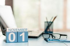 November 1st dag 1 av månaden, kalender på lärarearbetsplatsbakgrund Höst Time Tomt avstånd för text Fotografering för Bildbyråer