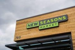 2 november, 2017 Sunnyvale/CA/USA - Embleem op storefront van de onlangs geopende Nieuwe seizoenenmarkt, baai de Zuid- van San Fr royalty-vrije stock afbeelding
