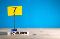November 5th Dag 5 av den november månaden, kalender på arbetsplats med blå bakgrund Höst Time Tomt avstånd för text Royaltyfri Fotografi