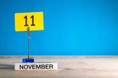 November 11th Dag 11 av den november månaden, kalender på arbetsplats med blå bakgrund Höst Time Tomt avstånd för text Arkivfoto