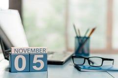 November 5th Dag 5 av månaden, kalender på arkitektarbetsplatsbakgrund Höst Time Tomt avstånd för text Arkivbilder