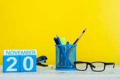 November 20th Dag 20 av månaden, träfärgkalender på gul bakgrund med kontorstillförsel Höst Time Royaltyfria Foton