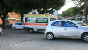4. NOVEMBER 2016 - TIVOLI ITALIEN: Krankenwagenpackwagen, der auf Verkehr auf Hauptverkehrszeit im tivoli Italien überschreitet