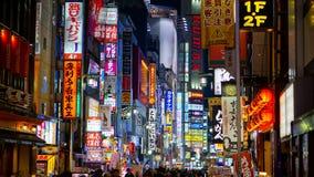 November 8, 2017: Upplysta affischtavlor och tecken på Kabukicho gatarött ljus Royaltyfri Fotografi