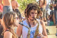 27 November, 2016 Vrouw en man met dreadlocks die saxofoons in de straat bij Leme-district, Rio de Janeiro, Brazilië spelen Stock Foto