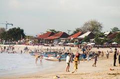 18 novembre 2012 bali Spiaggia di Jimbaran passeggiata dei turisti lungo fotografia stock