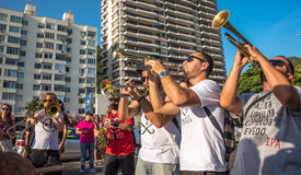 27 novembre 2016 Banda di musica che gioca trombone e sassofono nella via vicino al distretto di Leme, Rio de Janeiro, Brasile Immagini Stock