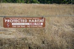 5 novembre 2017 Carmel-By-The-Sea/USA - habitat protetto, soggiorno sulla traccia - nessun segno di raccolta nella riserva di sgu fotografie stock