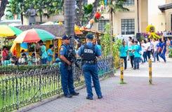 14 novembre 2018 - Cebu, les Philippines : deux policiers protègent le festival local Policiers ethniques de personnes photos stock