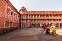 3 novembre 2014: Gruppo di donne nel palazzo reale di Jaipur, Fotografia Stock