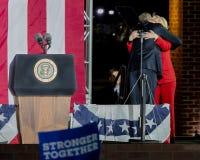 7 NOVEMBRE 2016, INDIPENDENZA CORRIDOIO, PHIL , PA - presidente Obama e candidato alla presidenza democratico Hillary Clinton Hol Fotografia Stock
