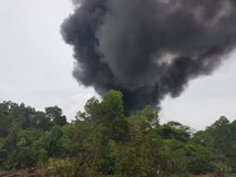 27 novembre 2016, Johor Fumée brûlante près de route Photo libre de droits