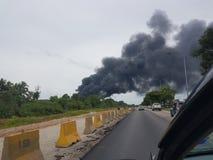 27 novembre 2016, Johor Fumo bruciante accanto alla strada principale Fotografie Stock Libere da Diritti