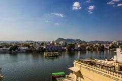 7 novembre 2014 : Panorama de lac Pichola dans Udaipur, Inde Photographie stock