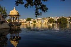 7 novembre 2014: Vecchie costruzioni dal lago Pichola in Udaipur, Fotografia Stock Libera da Diritti