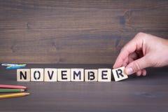 novembro Letras de madeira no fundo da mesa de escritório, o informativo e da comunicação fotografia de stock royalty free